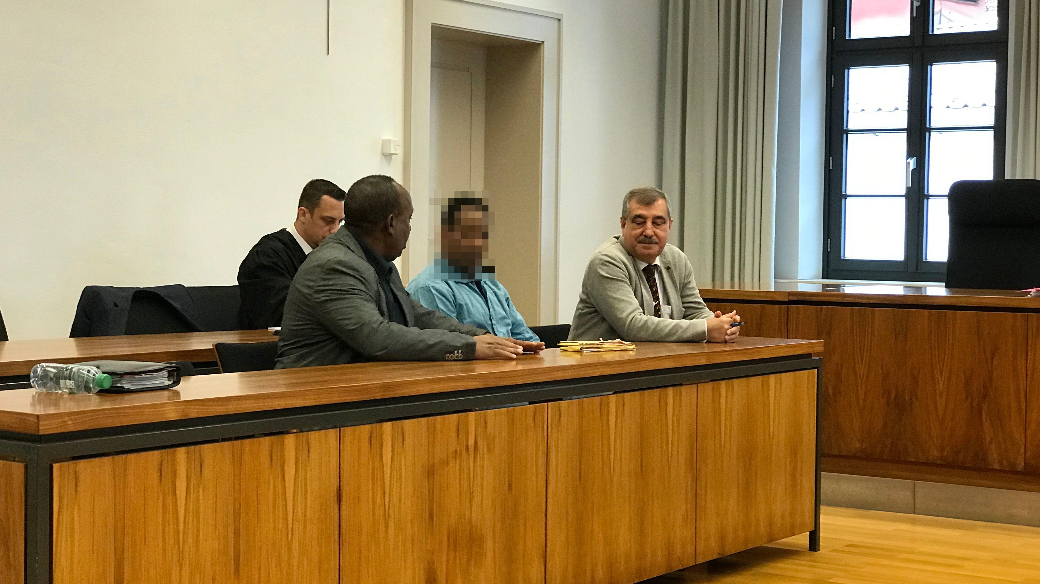 Der Angeklagte sitzt mit seinem Anwalt und zwei Übersetzern im Memminger Landgericht.