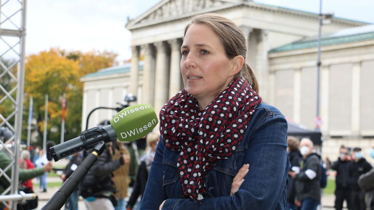 Organisatorin der Demonstration am Mikrofon