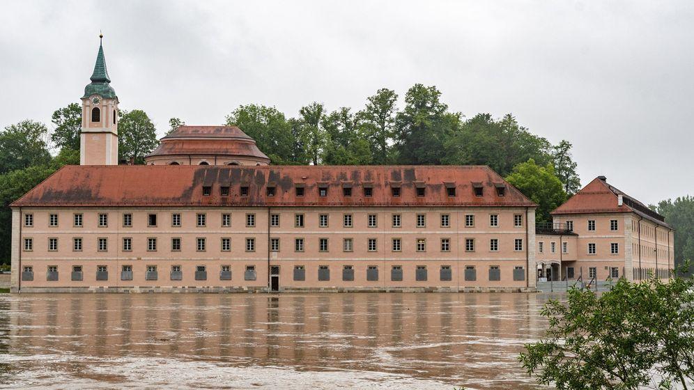 Das Kloster Weltenburg steht im Hochwasser der Donau.  | Bild:dpa-Bildfunk/Armin Weigel