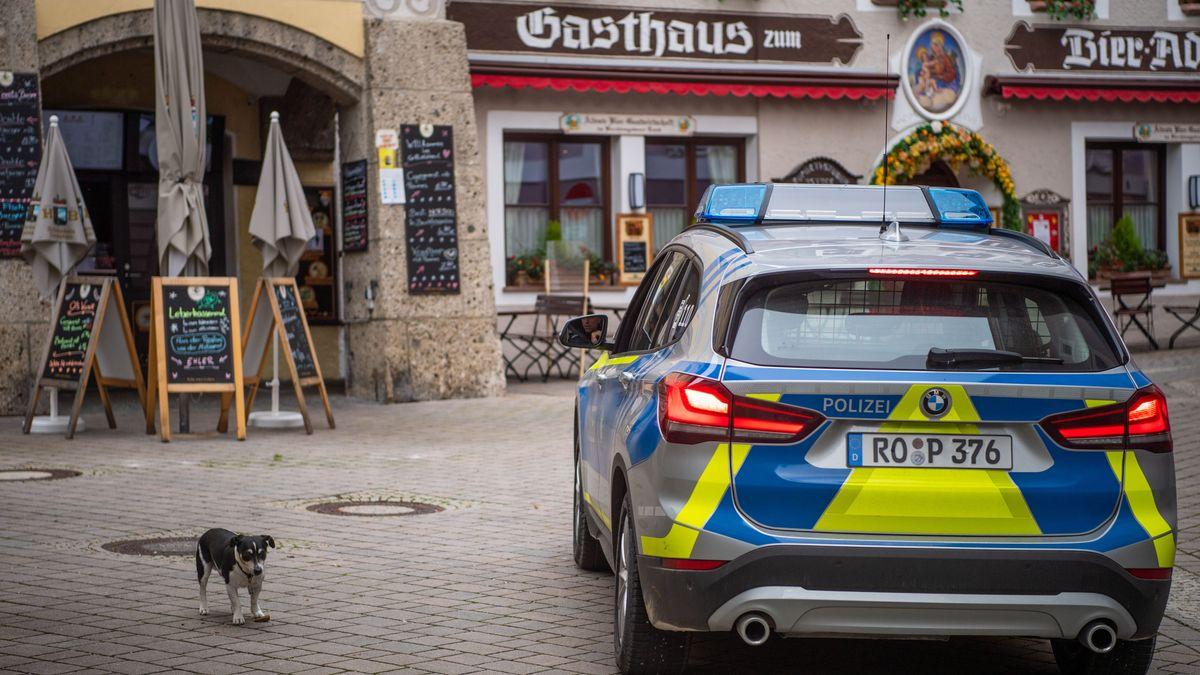 Ein Streifenwagen der Polizei fährt zur Kontrolle der Maskenpflicht durch die leere Innenstadt von Berchtesgaden.