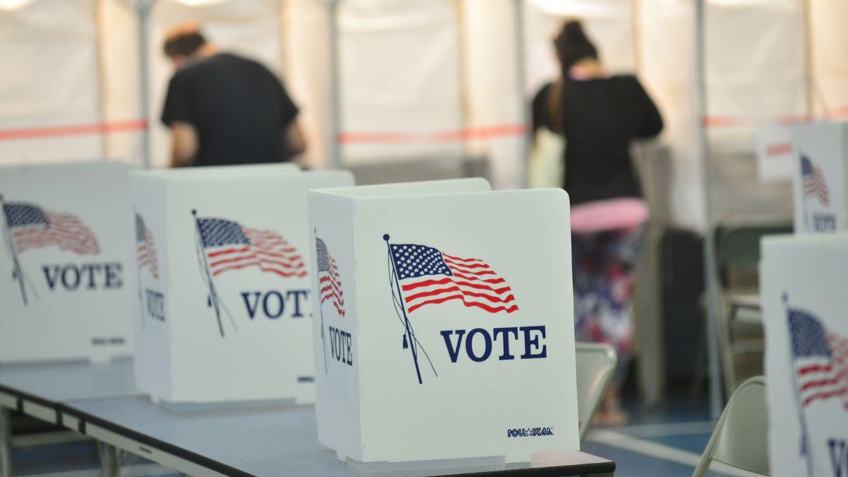 Wähler in den USA geben in einem Wahllokal ihre Stimme zu den Vorwahlen ab (8.9.20).
