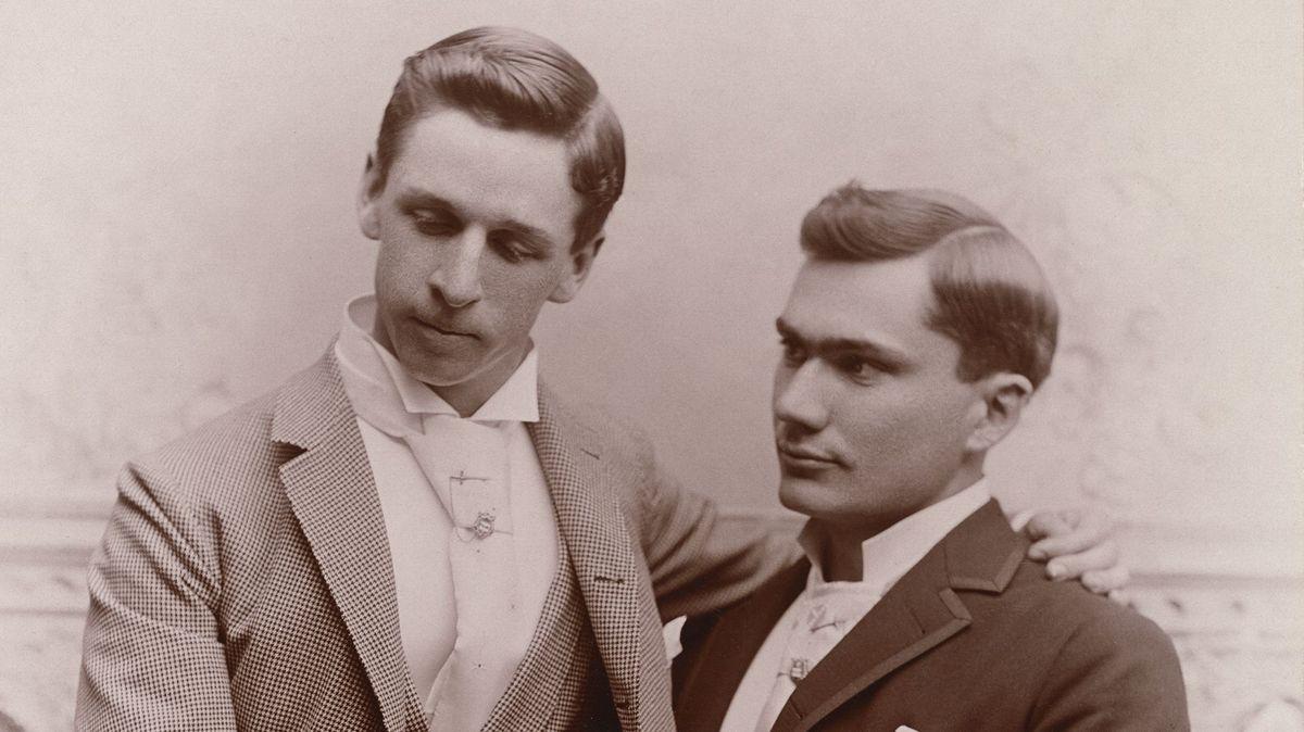 Zwei Männer mit Jackett und Krawatte