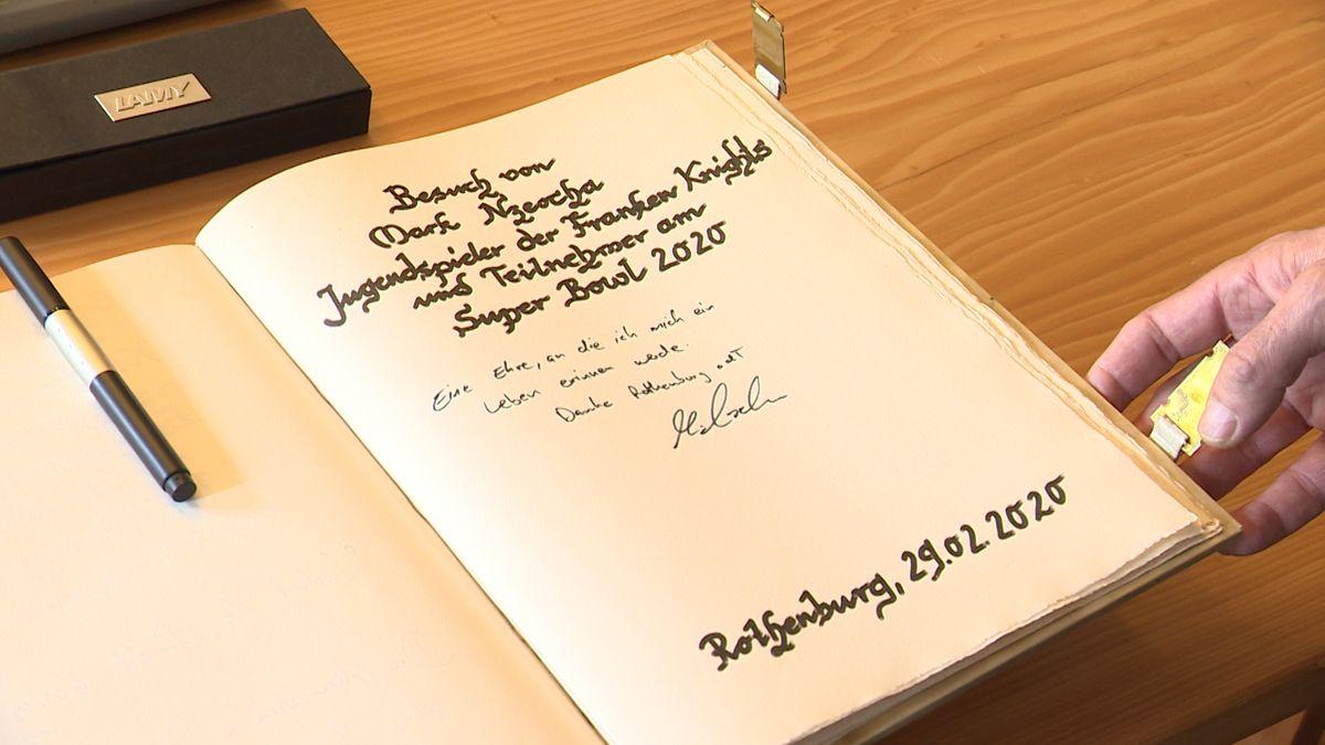 Der Eintrag von Mark Nzeocha im Goldenen Buch der Stadt Rothenburg ob der Tauber