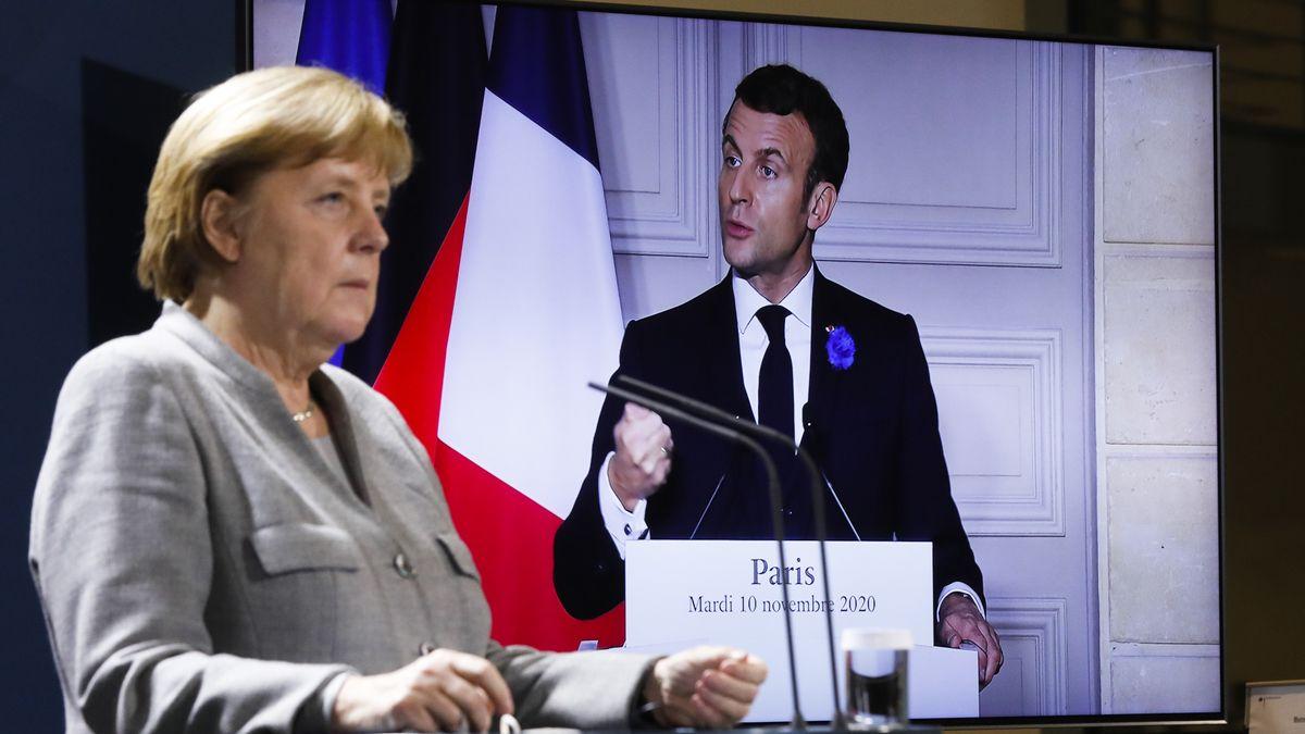 Bundeskanzlerin Angela Merkel (CDU) hört im Bundeskanzleramt in Berlin bei einer Videokonferenz Frankreichs Präsident Emmanuel Macron zu.
