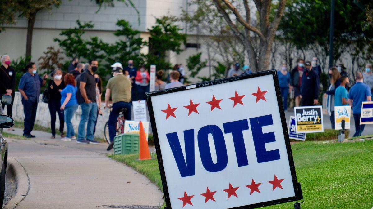 Menschen stehen im texanischen Austin an, um vorzeitig ihre Stimme für die US-Wahl abzugeben.