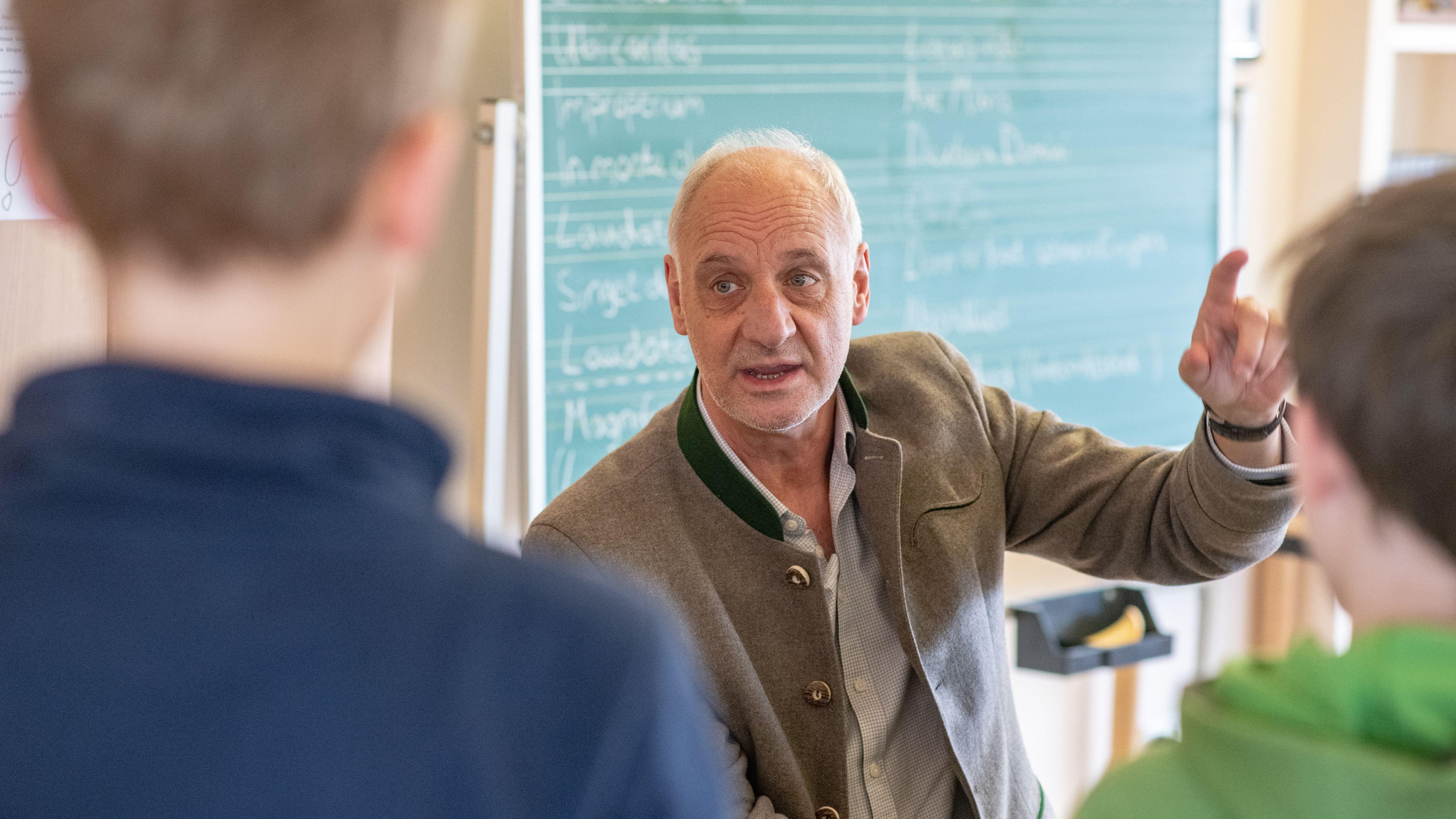Roland Büchner, Leiter der Regensburger Domspatzen bei einer Übung mit Schülern.