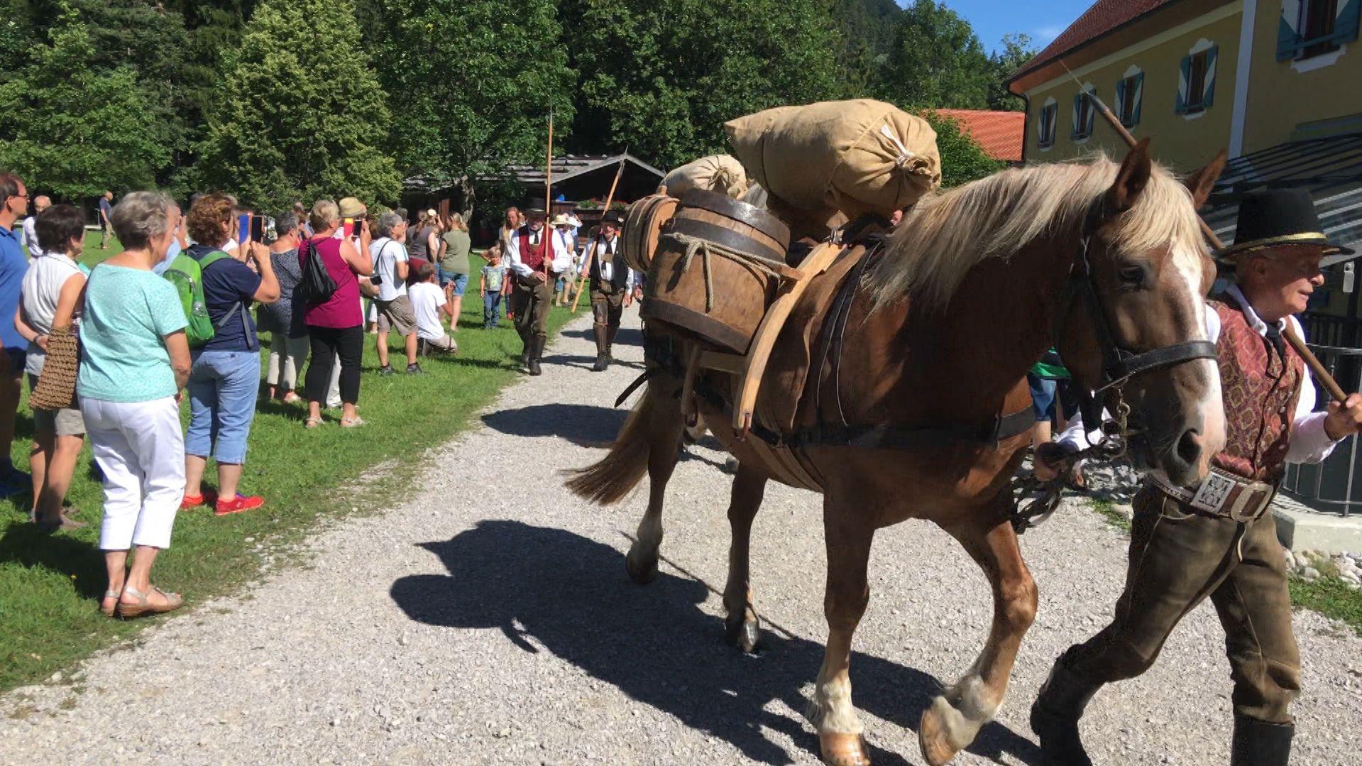"""Die Feierlichkeiten zum 400-jährigen Jubiläum der Saline Traunstein erreichen an diesem Wochenende ihren Höhepunkt. Im Holzknechtmuseum Ruhpolding startete heute ein historischer Samerzug mit sogenannten """"Salzfuhrleuten""""."""
