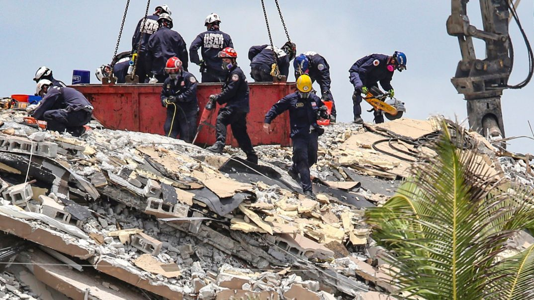 Miami Beach: Ein Team von South Florida Urban Search and Rescue sucht nach Überlebenden