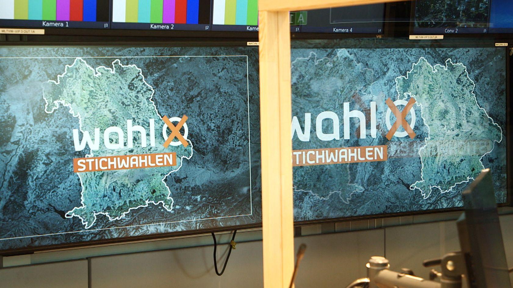 Monitore mit dem BR-Logo für die Stichwahl der Kommunalwahl 2020