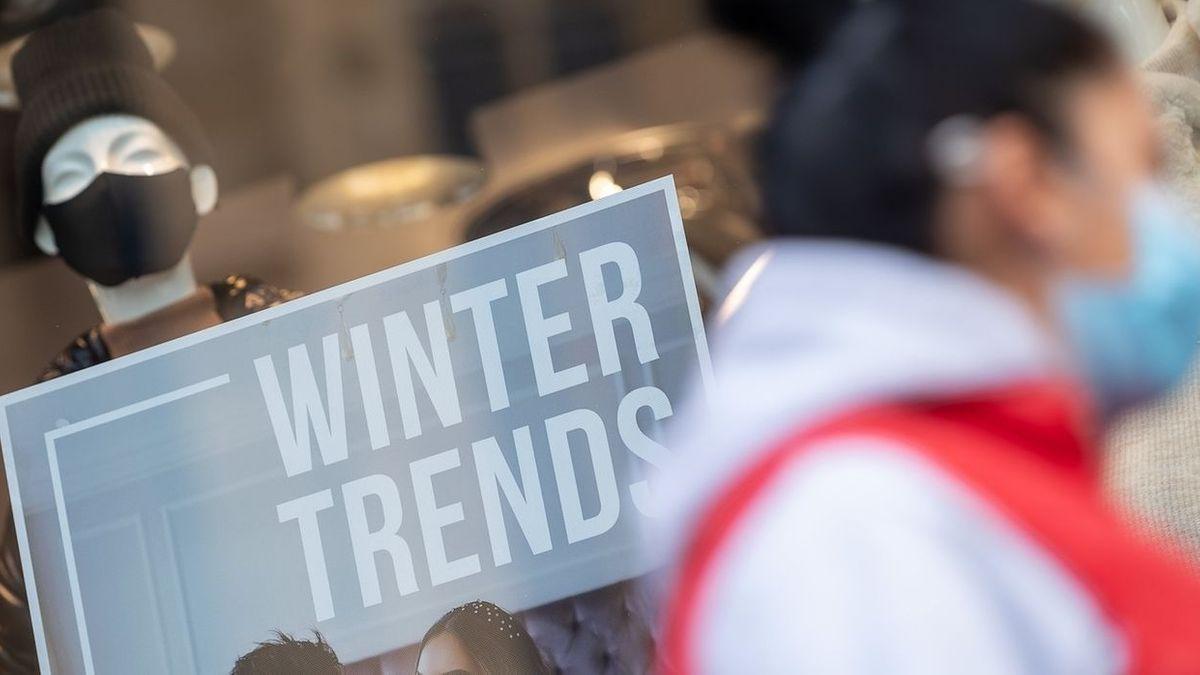 """Schaufensterpuppe mit Maske hält Schild """"Winter Trends"""""""