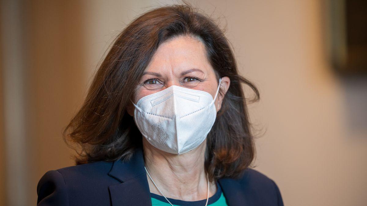 Landtagspräsidentin Ilse Aigner trägt eine FFP2-Maske.