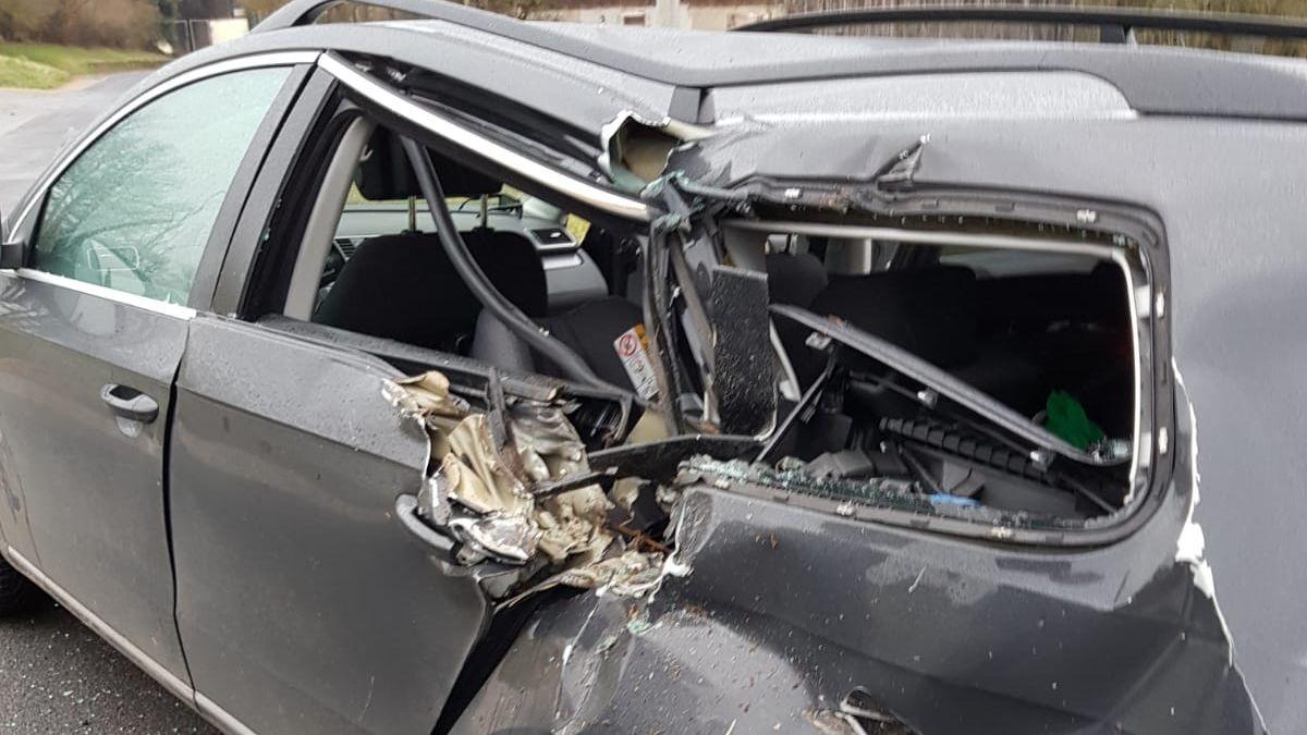 Demoliertes Auto. Auf der Rückbank saßen die Säuglinge und blieben unverletzt