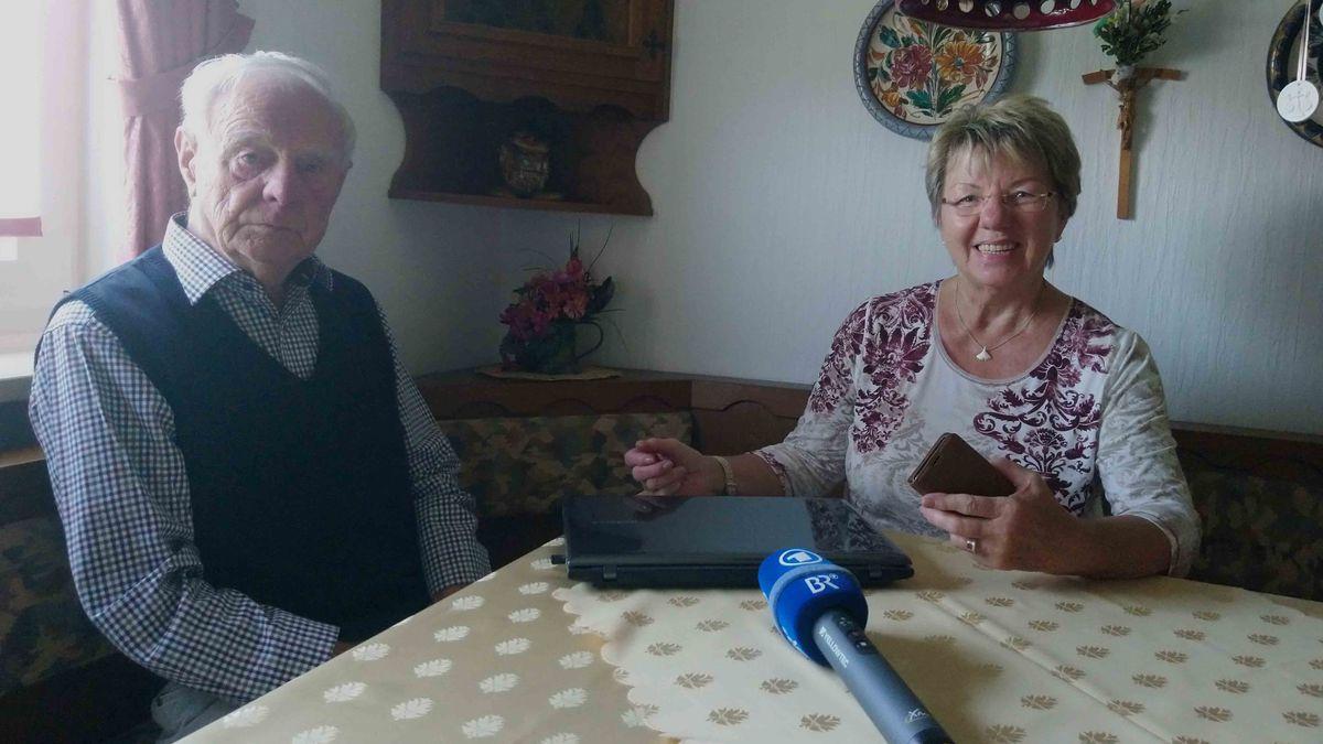 Helga Helfrich mit ihrem Ehemann und der neuen Technik
