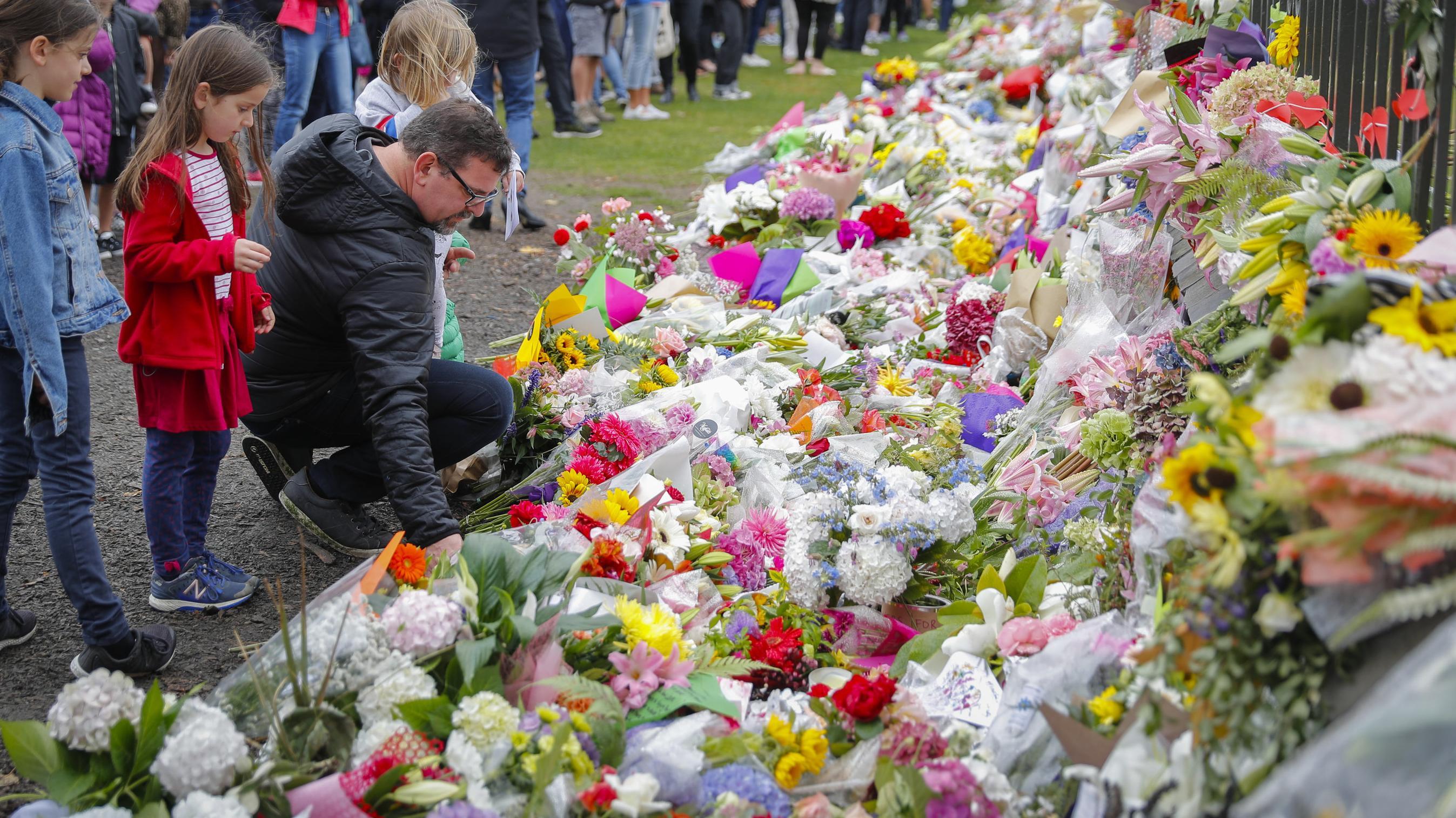 Auch am Sonntag bringen die Menschen in Christchurch weiter Blumen an die Gedenkstätten