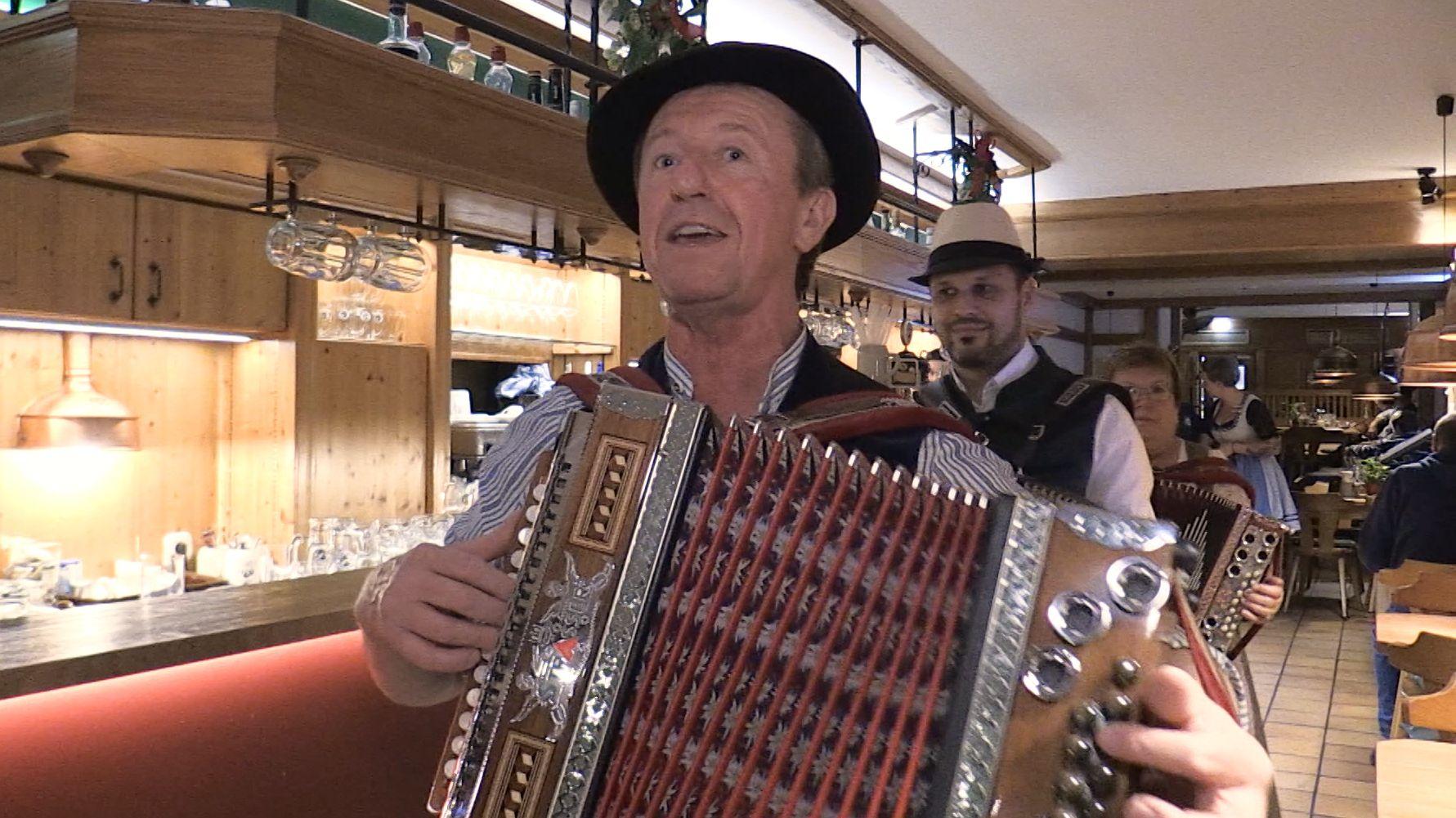 Musikanten in einem Wirtshaus in Straubing