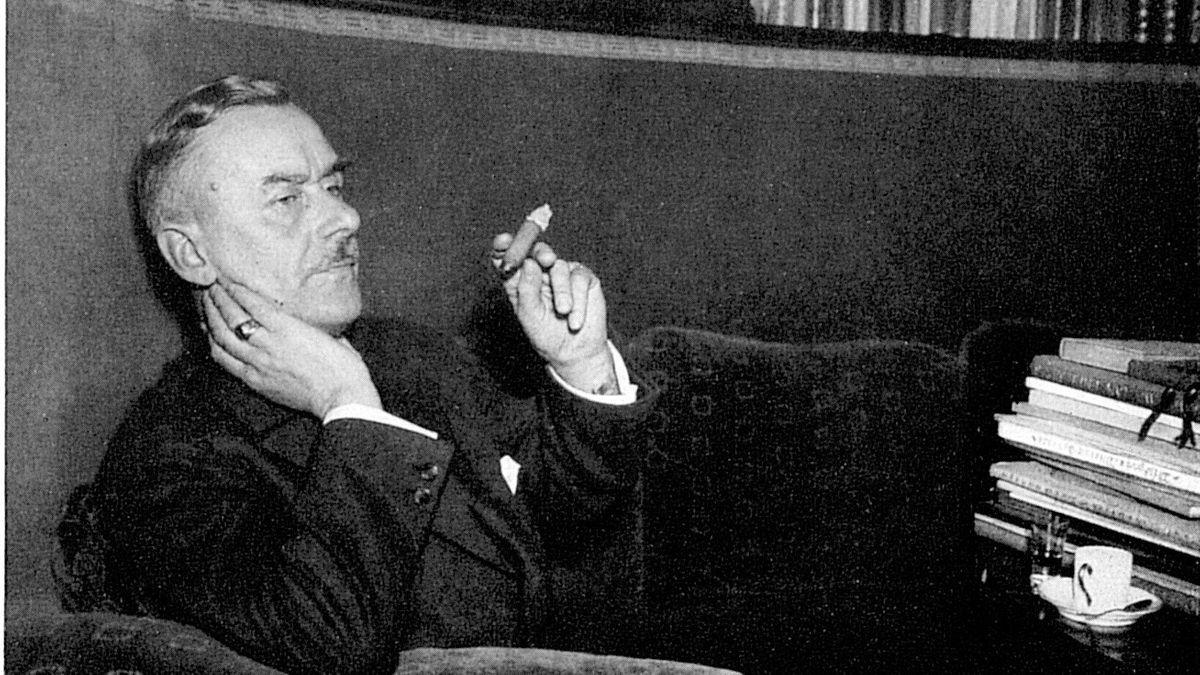 """Thomas Mann einmal ganz lässig, mit Zigarre und Espresso. Sein großer Roman-Zyklus """"Joseph und seine Brüder"""" ist in einer neuen Ausgabe zu entdecken."""