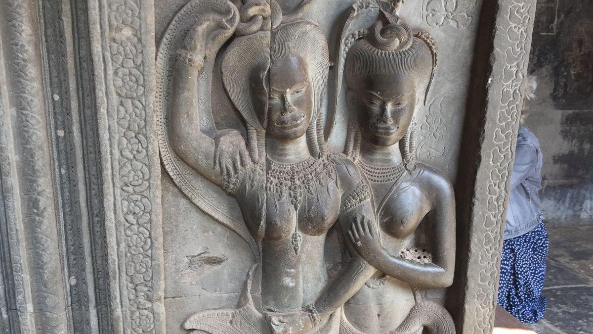 Apsaras sind Figuren von tanzenden Schönheiten, wahrscheinlich Göttinnen, die überall im Tempelinneren zu finden sind.