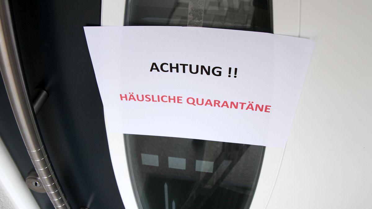 Eingangstüre mit Schild: Häusliche Quarantäne