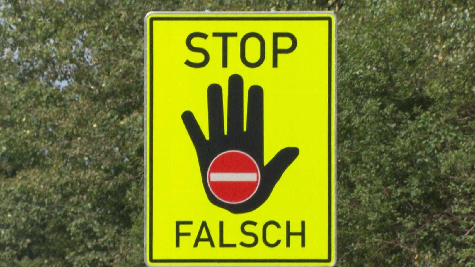 Hinweisschild - Stop Falsch
