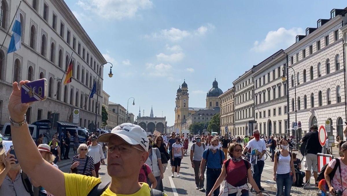 Demonstrationszug bewegt sich durch München