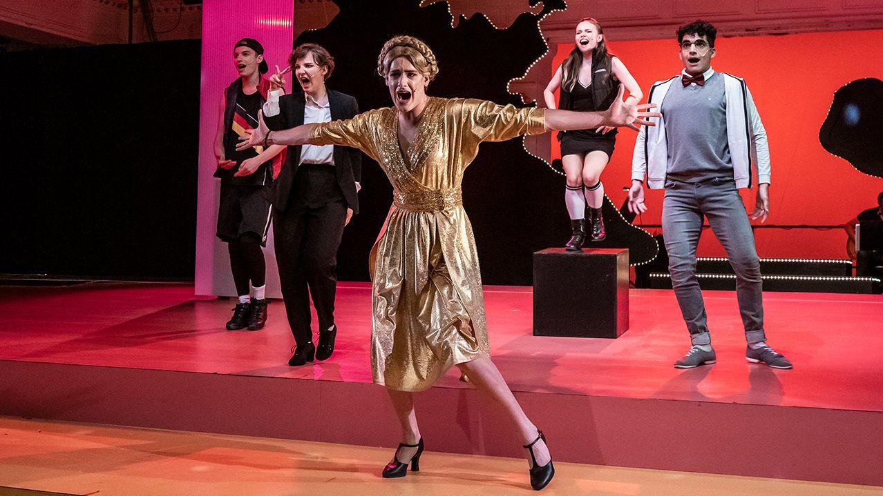 Blonde Wahlkämpferin tanzt