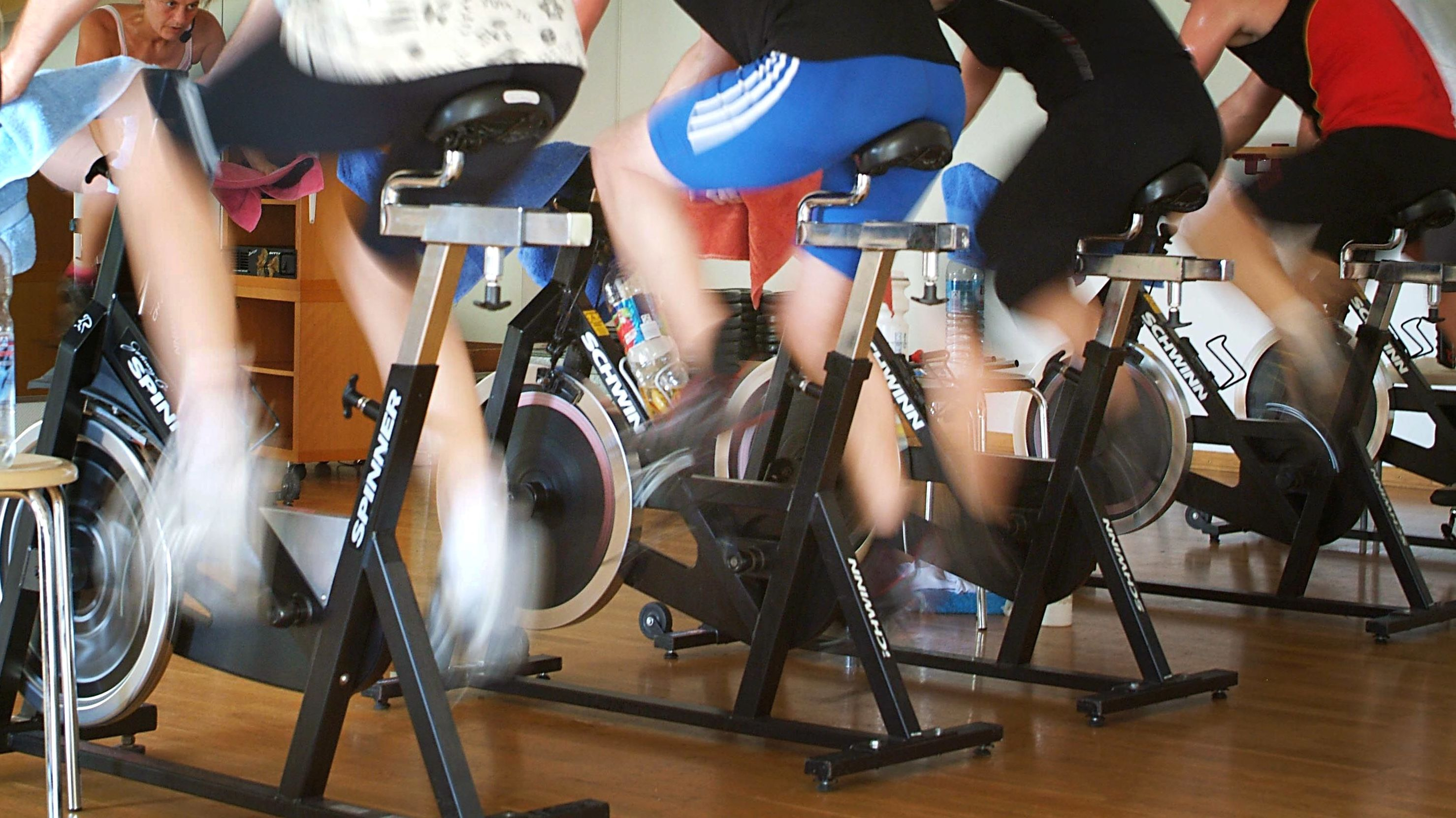 Menschen trainieren auf Spinning-Rädern