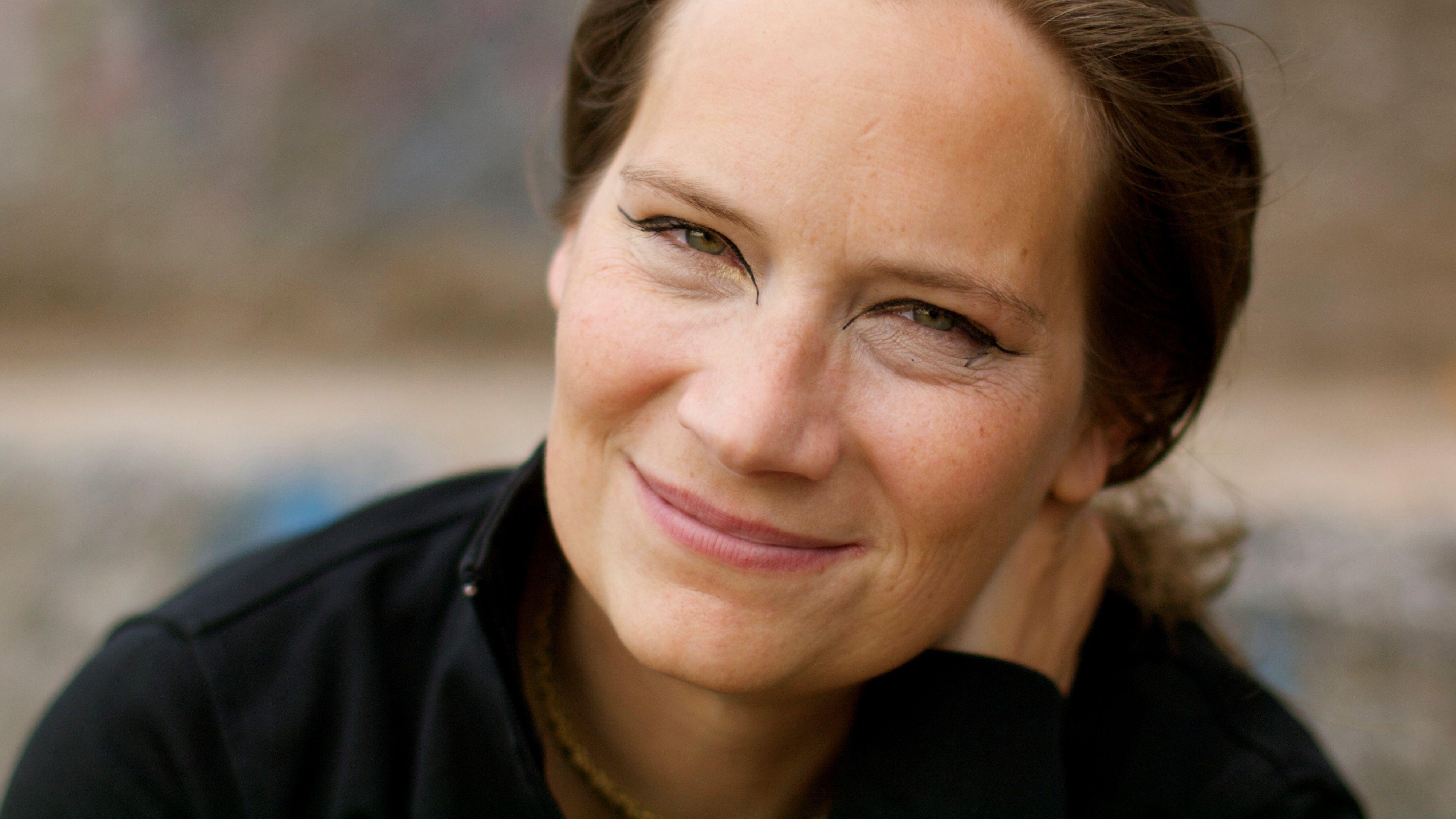 Schriftstellerin Tanja Dückers blickt lächelnd in die Kamera