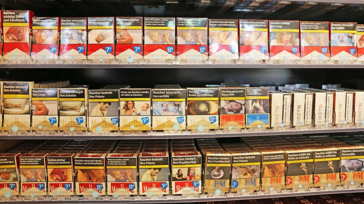 Zigaretten und Tabakwaren in einem Geschäft.