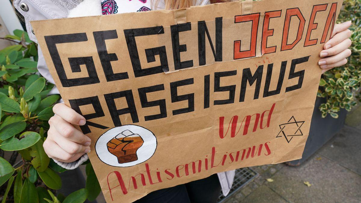"""Ein Plakat mit der Aufschrift """"Gegen jeden Rassismus und Anitsemitismus"""""""