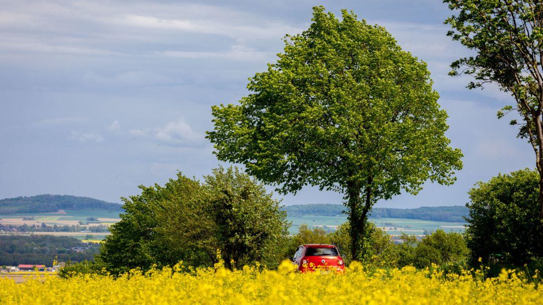 Ein Auto fährt durch eine Landschaft in Niedersachsen