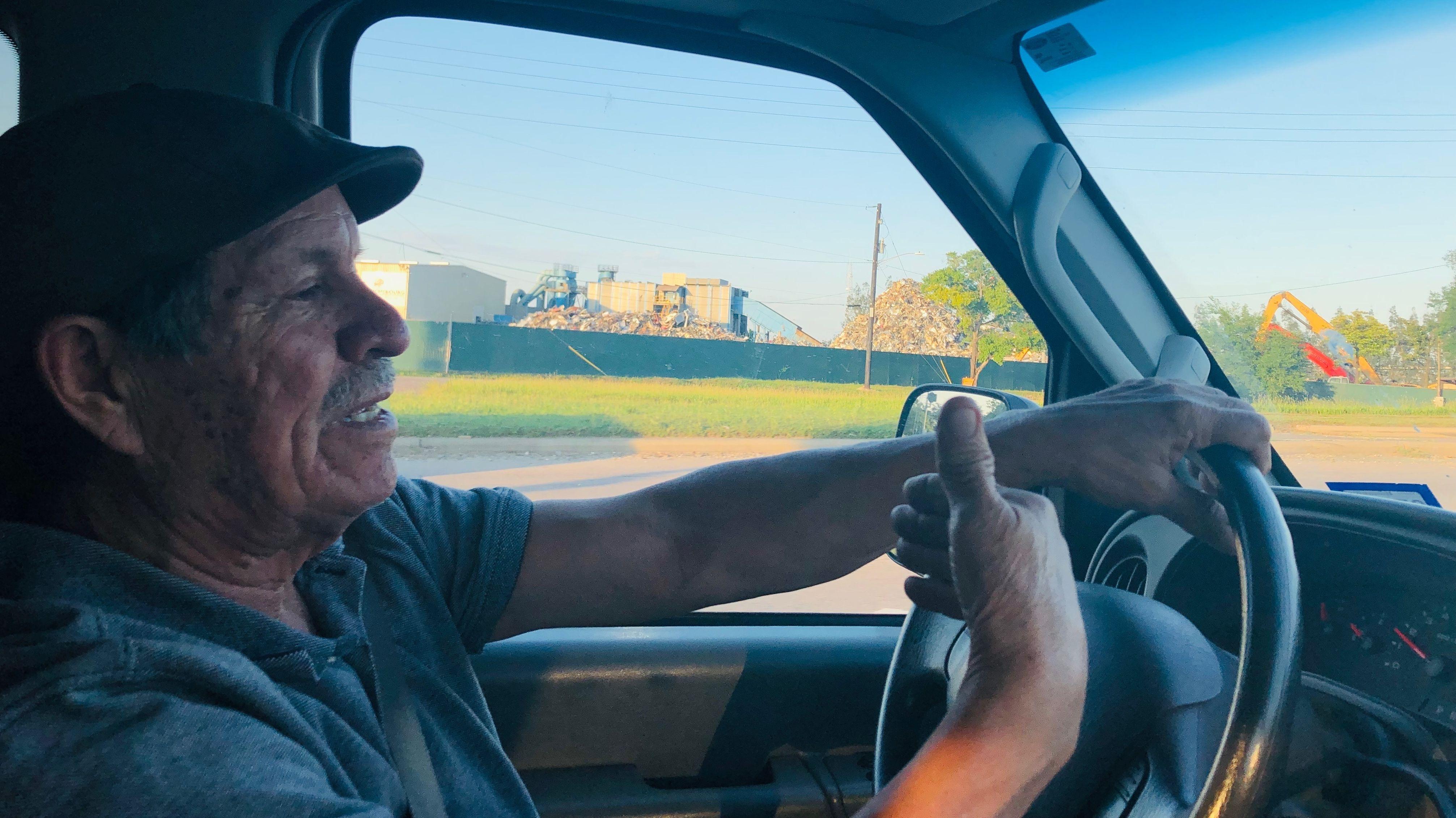 Juan Parras fährt mit seinem Pick Up Truck herum und dokumentiert Umweltverschmutzung.
