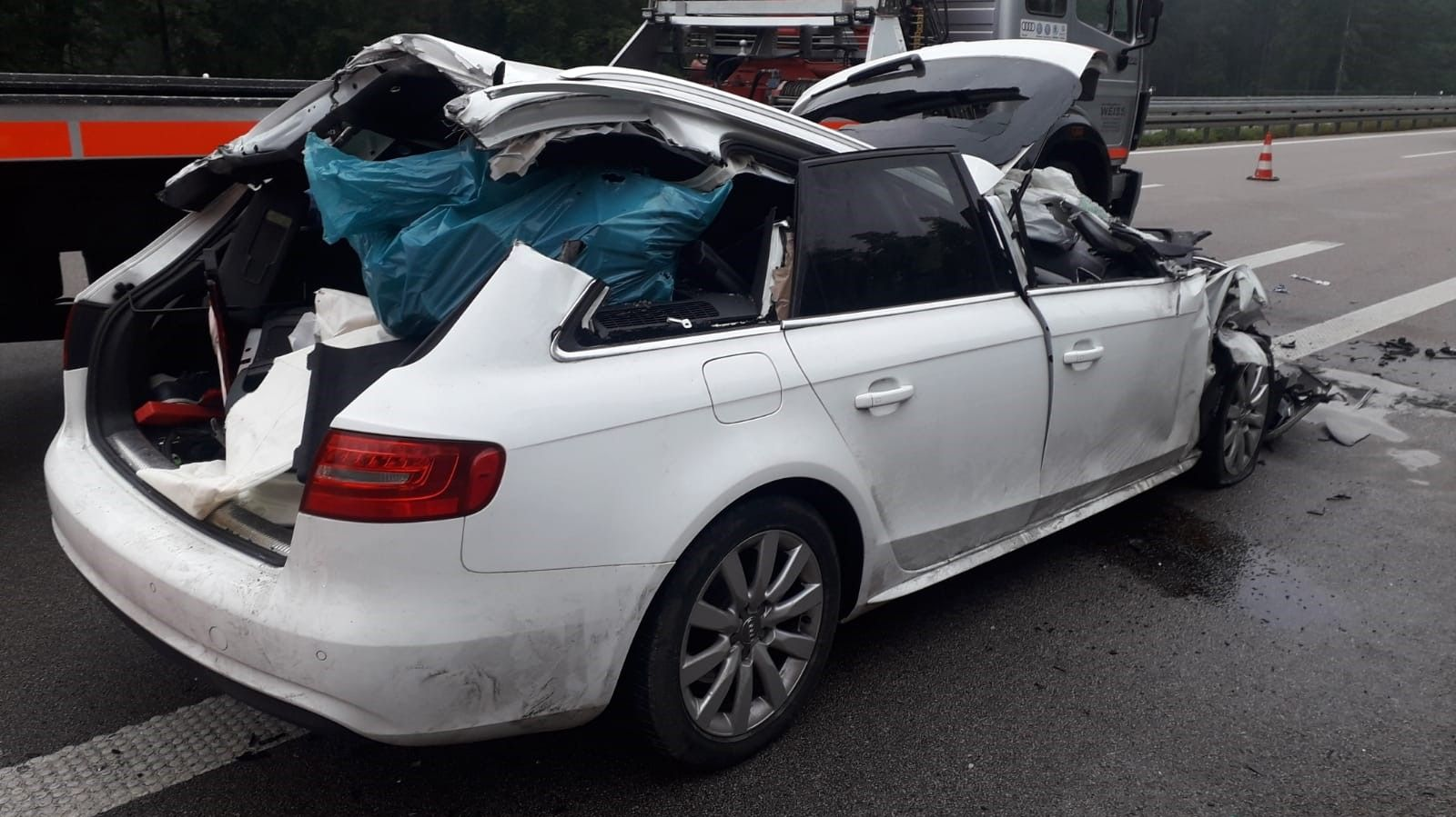 Das Autowrack nach dem schweren Auffahrunfall