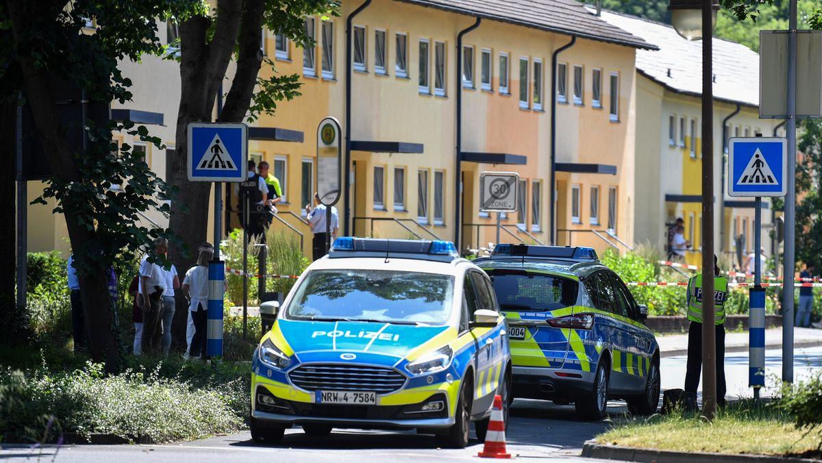Polizeibeamte stehen vor einem Haus. In Espelkamp sind nach Angaben der Bielefelder Polizei zwei Menschen erschossen worden.