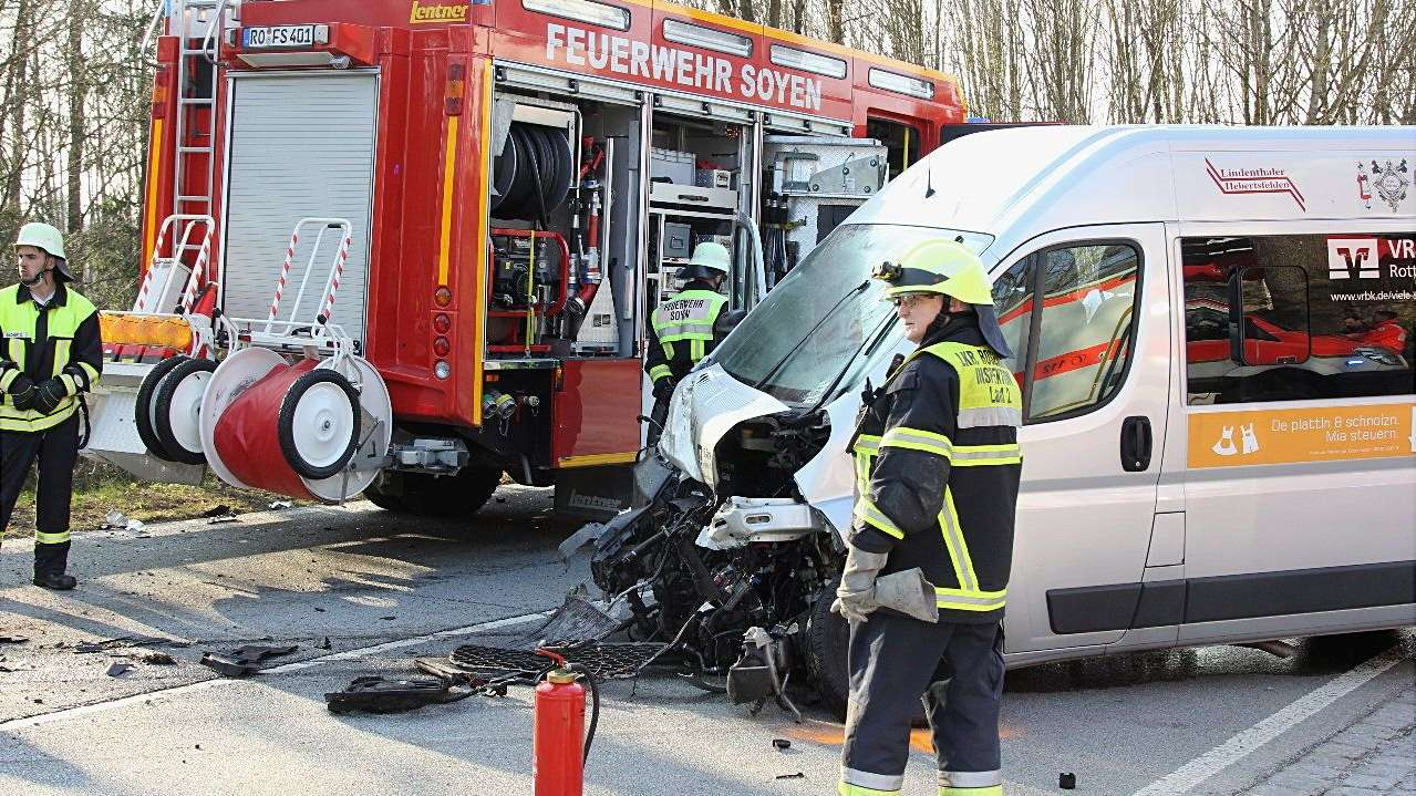 Feuerwehrleute sichern den Unfallort an der B15 bei Soyen