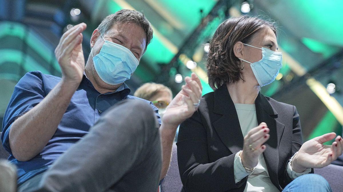 Annalena Baerbock applaudiert neben Robert Habeck beim Außerordentlichen Länderrat der Grünen.
