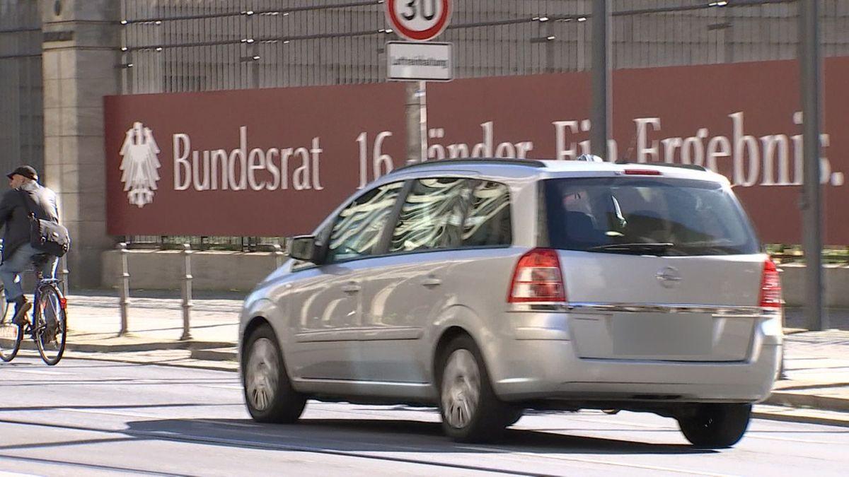 Auto fährt vor dem Bundesratsgebäude vorbei
