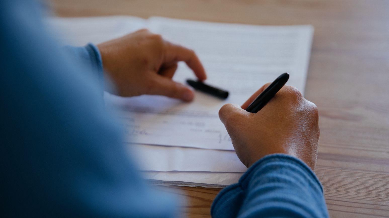 Bei Vertragsschlüssen sollte die Jahreszahl ausgeschrieben werden, rät die Verbraucherzentrale Bayern.