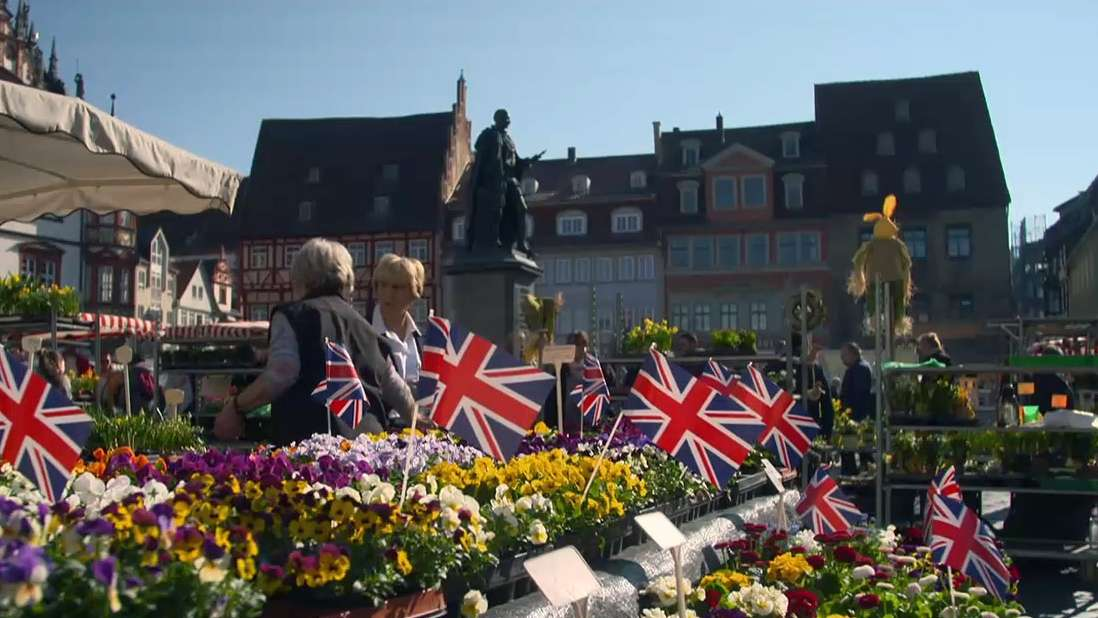 Ein Blumenstand auf dem Coburger Wochenmarkt ist mit britischen Fähnchen geschmückt.