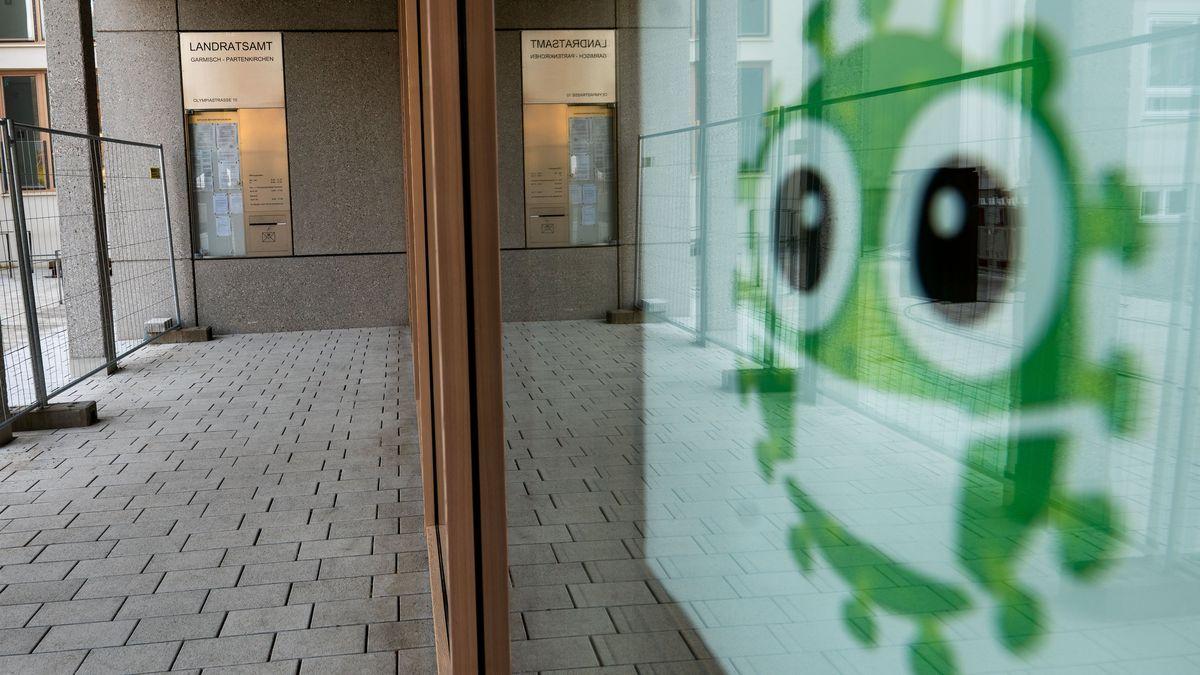 Bayern, Garmisch-Partenkirchen: Ein Hinweis zur Maskenpflicht hängt am Landratsamt Garmisch Partenkirchen.