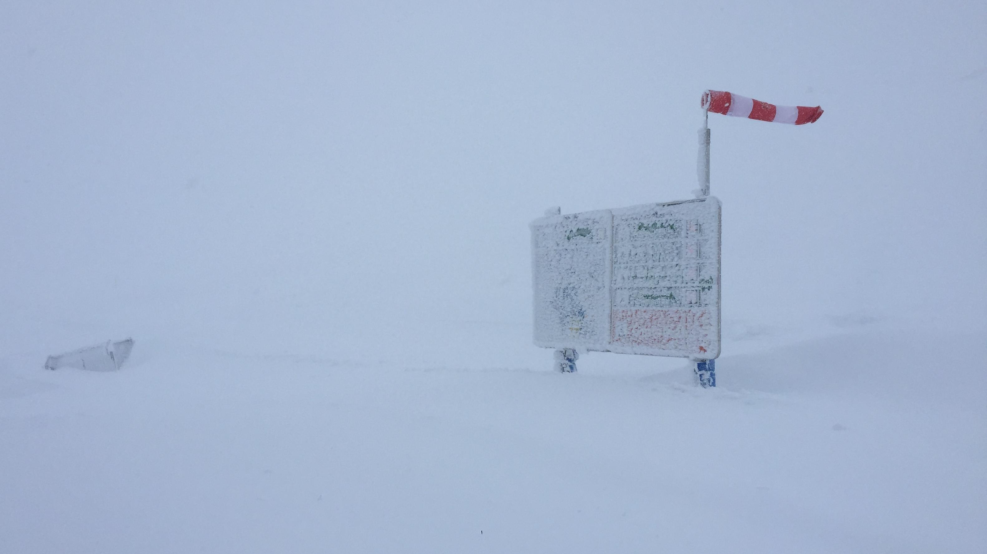 Ein zugeschneites Schild am Nebelhorn im Allgäu l