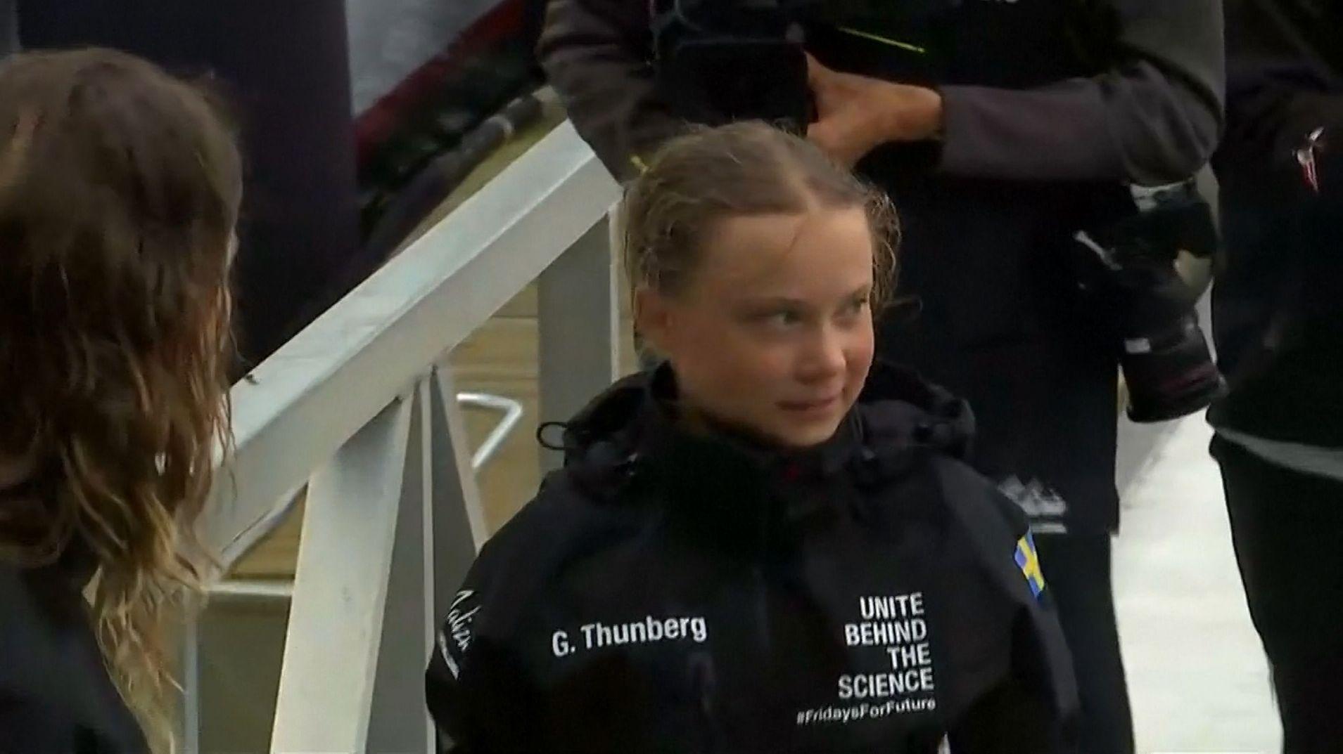 Greta Thunberg geht nach 14 Tagen auf einer Segeljacht in New York von Bord