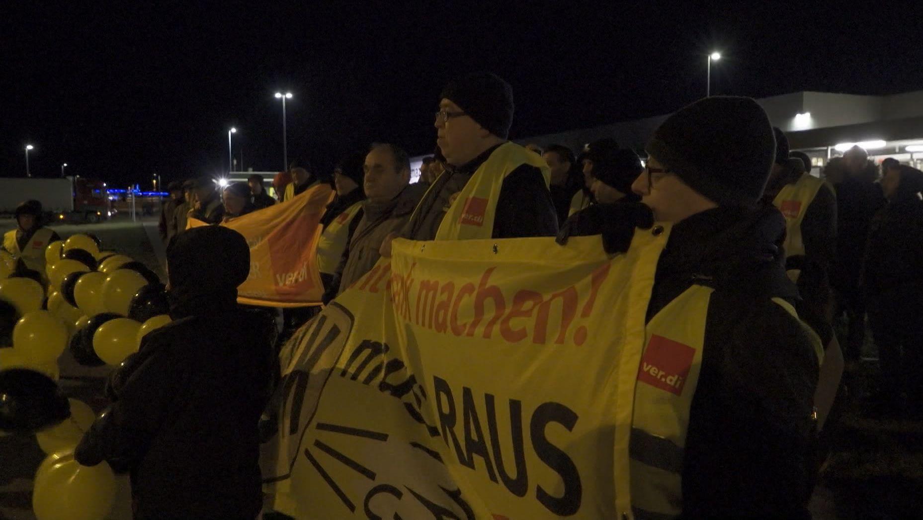 Streikende bei Amazon am Standort Graben bei Augsburg