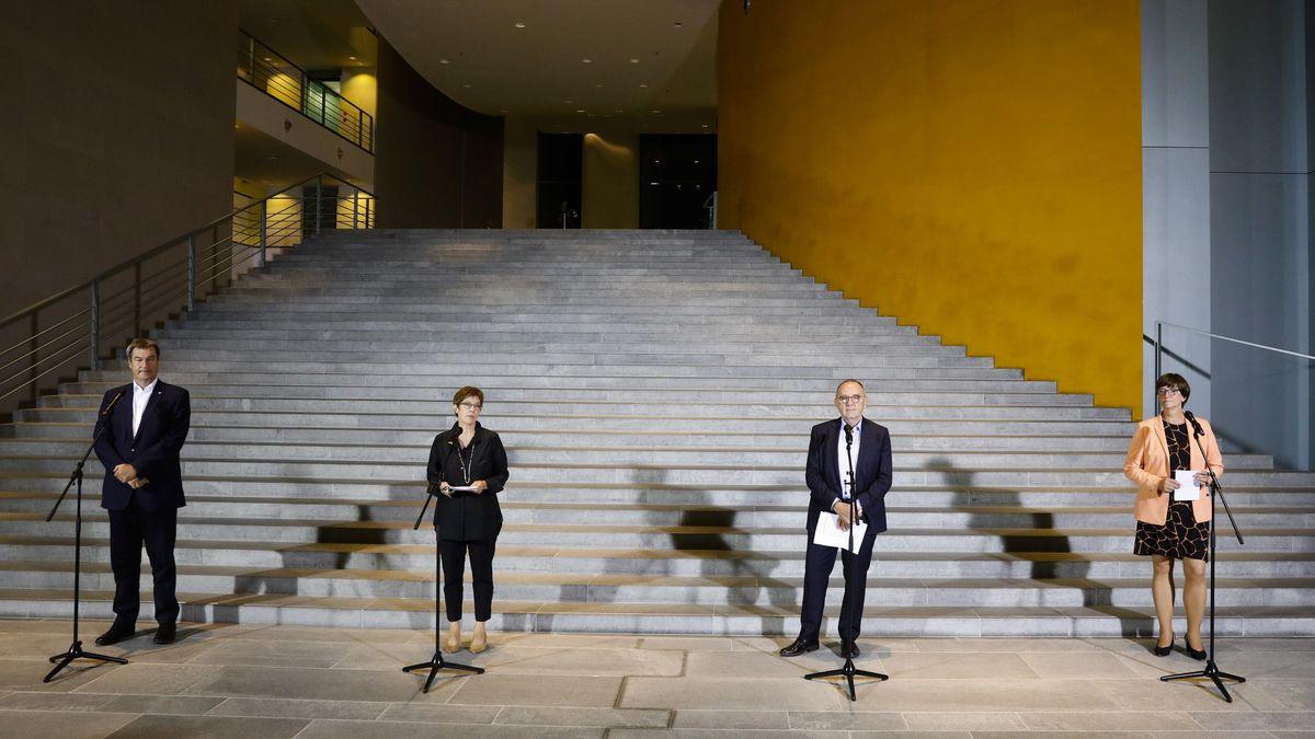 Die Vorsitzenden von CSU, CDU und SPD stehen nebeneinander