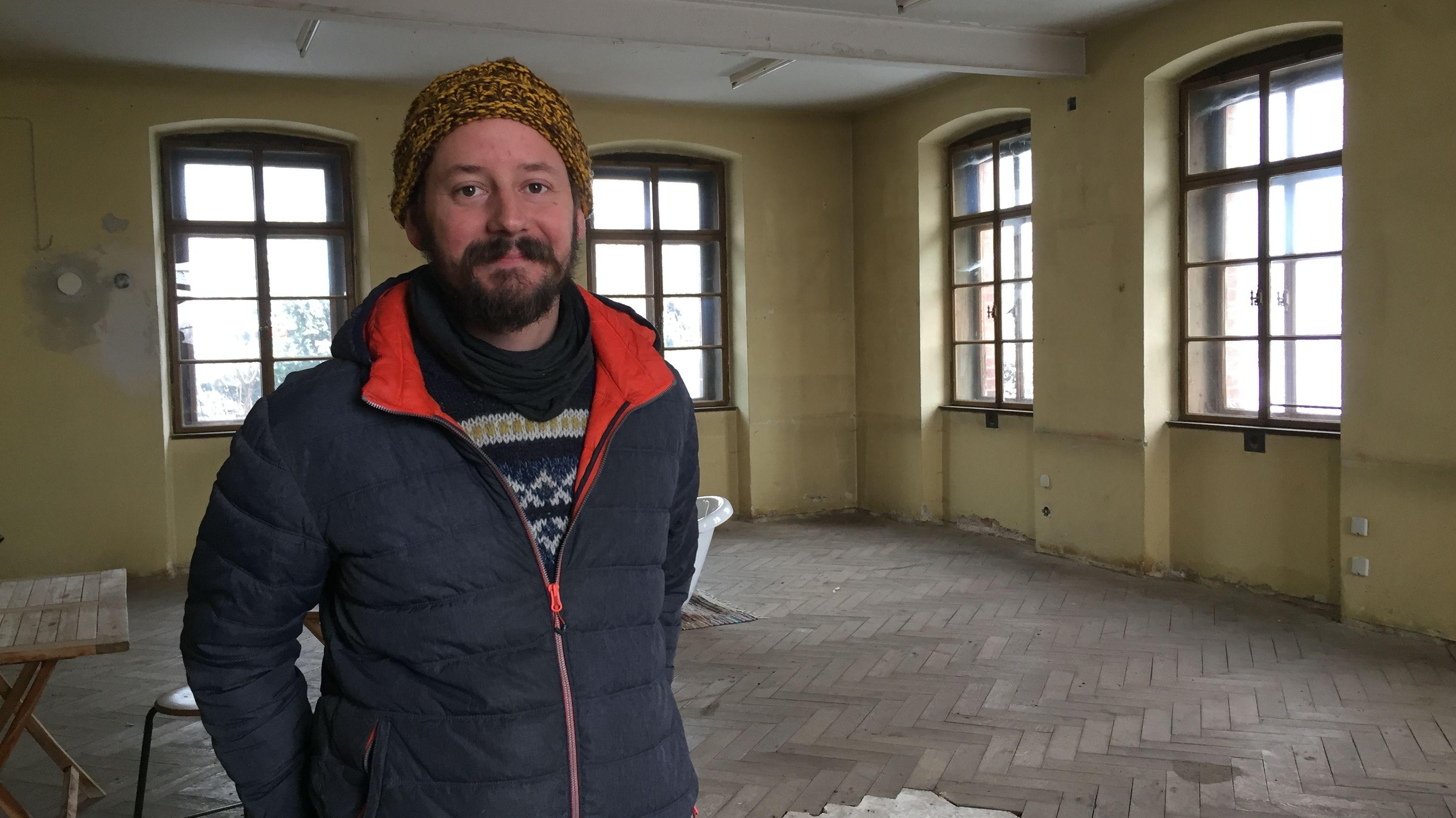 Johannes Haslinger in seinem Haus.