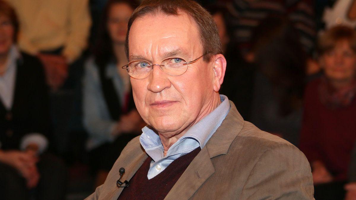Ein Mann mit Brille schaut in die Kamera: Buchautor und Investigativ-Journalist Ulrich Chaussy