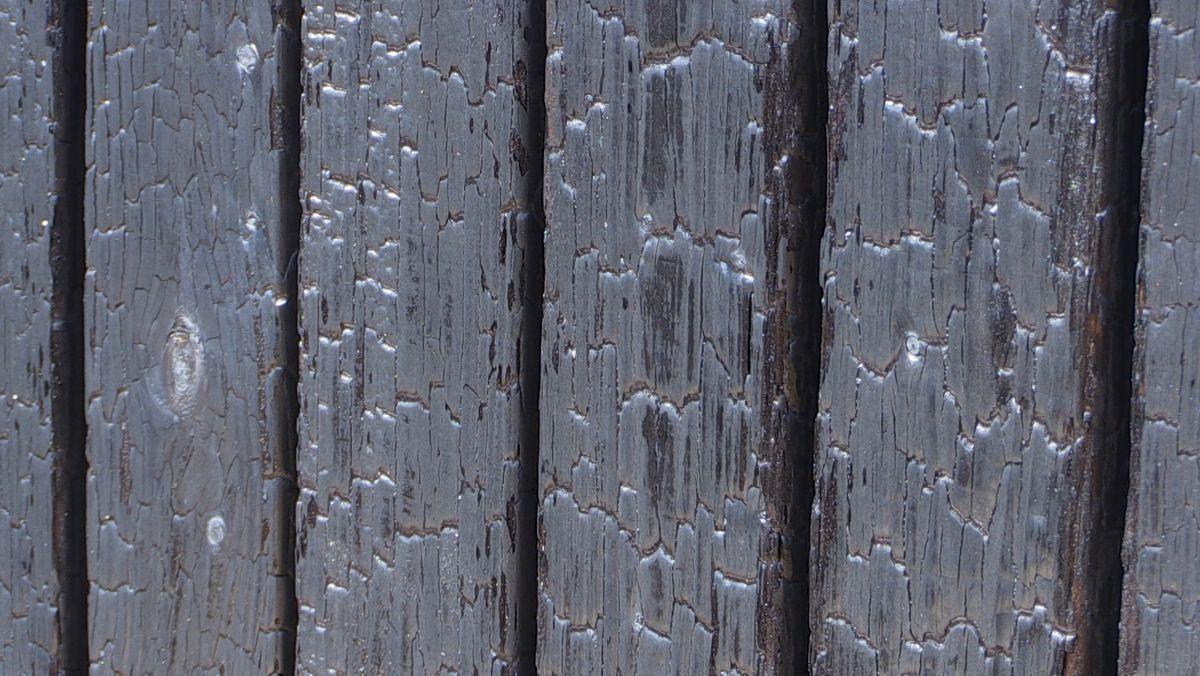 """Durch das japanische Holz-Veredelungsverfahren """"Yaki-Sugi"""" konserviert das Holz der Außenfassade durch Verkohlen."""