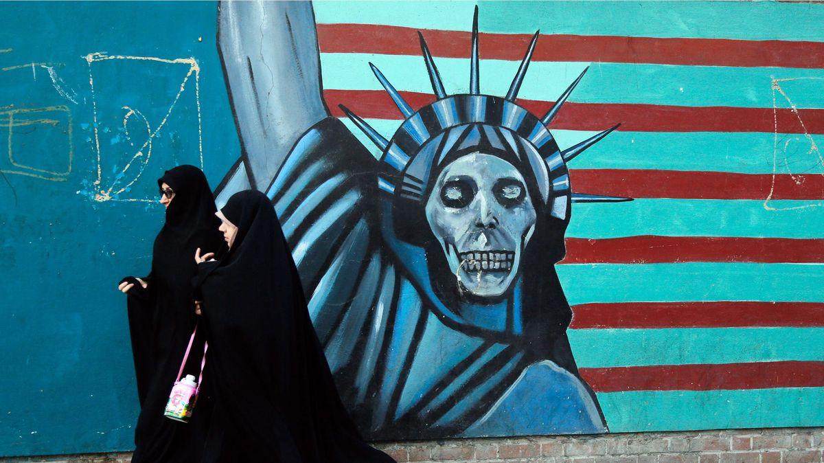 Frauen im Iran vor Wand