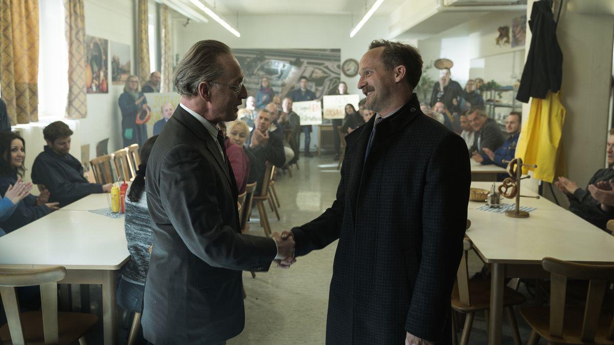 Dr. Schneider (Wilfried Hochholdinger, links) begrüßt den Landtagsabgeordneten Alfons Zischl (Maximilian Brückner) bei der Betriebsversammlung seiner Firma.