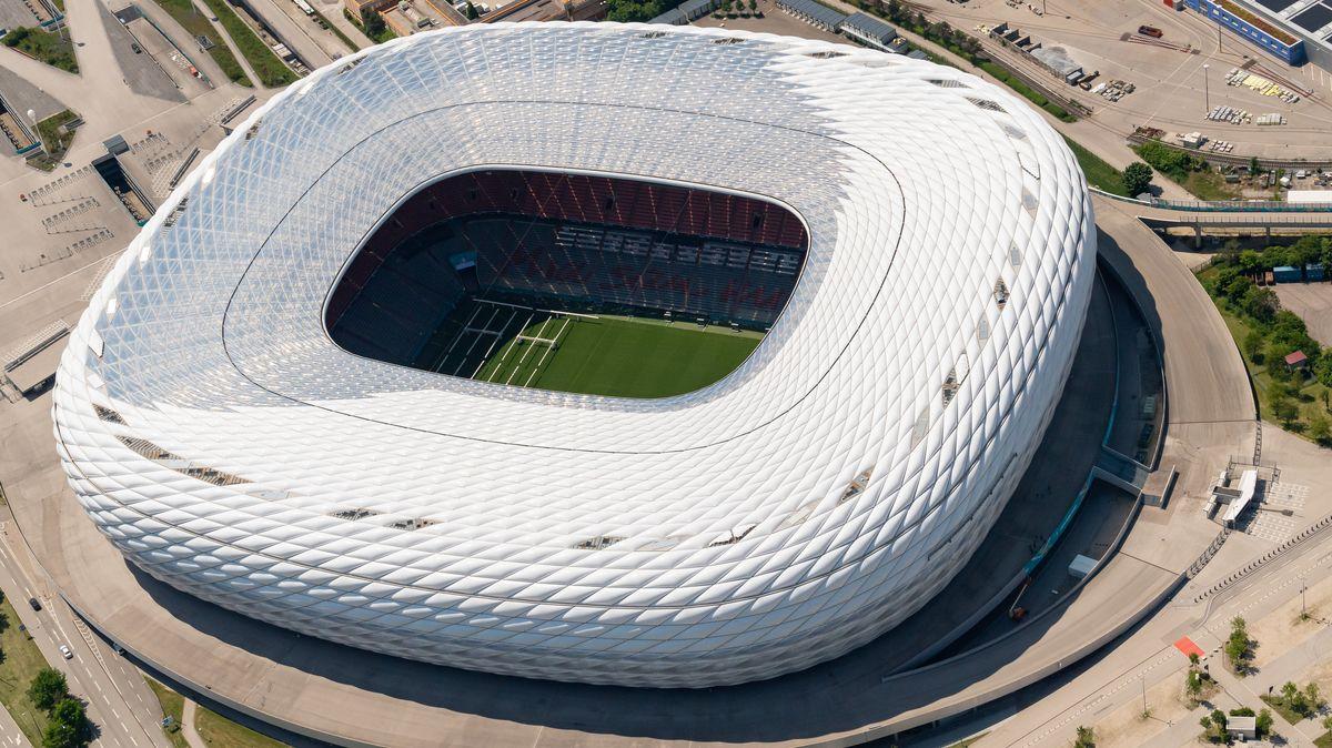 Die Allianz Arena (hinten), aufgenommen aus einem Sportflugzeug.