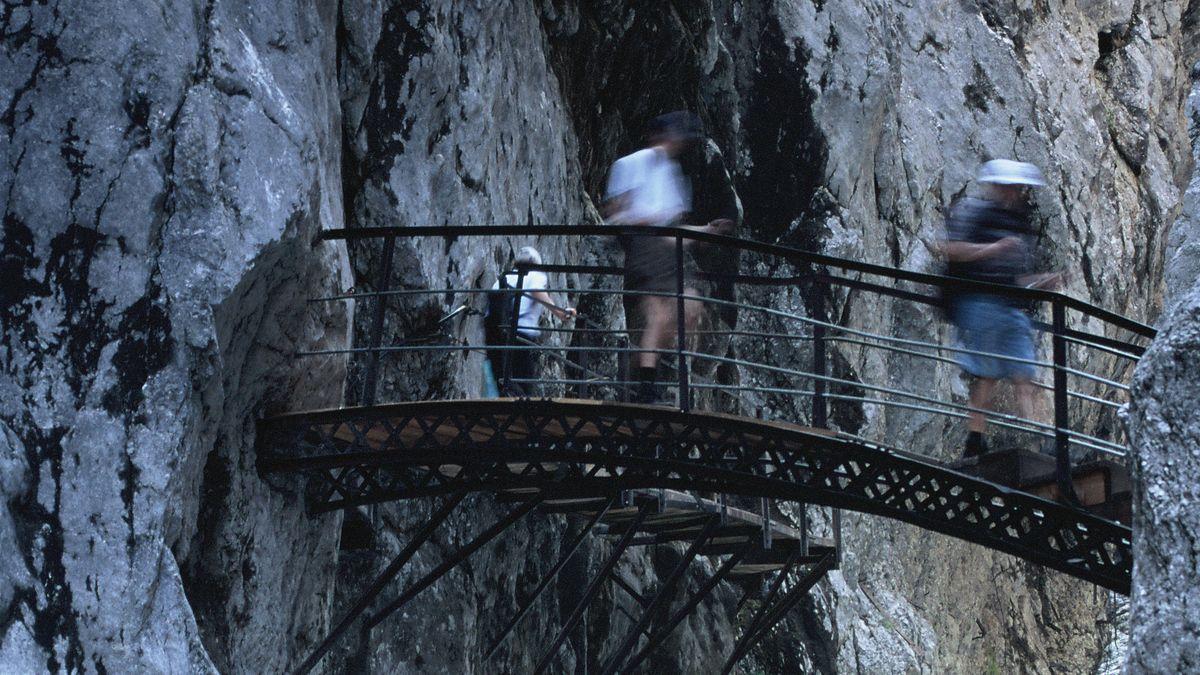 Brücke überspannt die Höllentalklamm bei Garmisch-Partenkirchen